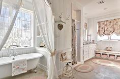 Ванная комната в стиле прованс: 80+ элегантных идей и обзор французских тенденций интерьерной моды http://happymodern.ru/vannaya-komnata-v-stile-provans-foto/ Белый цвет поможет визуально расширить пространство