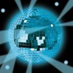 Une boule disco est un excellent investissement: elle reflète la lumière et permet de maximiser l'effet des projecteurs