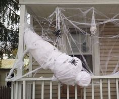 Pin for Later: scary halloween decorations. This is a great high-impact (and easy!) outside decoration for Halloween. If you can use materials commonly found around the house, it's also inexpens. Outside Halloween Decorations, Halloween Outside, Halloween Porch, Halloween Snacks, Halloween 2018, Outdoor Decorations, Halloween Yard Ideas, Diy Halloween Spider, Garage Door Halloween Decor