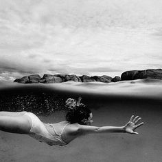 ❃ black and white photography swimming ocean Photography Beach, Underwater Photography, Into The Wild, Belle Photo, Under The Sea, Black And White Photography, Summer Vibes, Summertime, Cool Photos