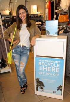 Not only are all the celebs embracing distressed denim, but ripped jeans seem to be the look of spring and summer.  We can always count on Victoria Justice to deliver style that seems effortless and casual yet totally chic! She teamed up with H&M to promote their Comeback Clothing campaign, and we are loving her cute ripped jeans.