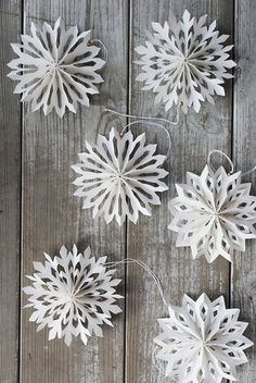 DIY Inspiration for Winter Decor: snowflake decor for the festivities. Also nice after Christmas + DIY-Inspiration für Winter Decor: snowflake decor for th Diy Christmas Snowflakes, Noel Christmas, Winter Christmas, Snowflake Garland, Snowflake Craft, Christmas Fireplace, Christmas Quotes, Cheap Christmas, Snowflake Origami