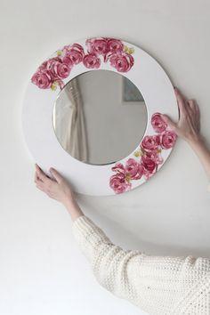 El decoupage es una técnica bastante tradicional en el mundo de las manualidades y consiste en decorar una superficie con servilletas de papel. En el proyecto de hoy los quiero invitar a aplicar el…
