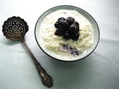 Rice pudding with blueberry brittle