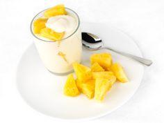Ananas e yogurt con salsa mou