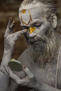Sahdu's Morning ritual.   (Sadhu Baba, morning ritual at Pashupatinath)
