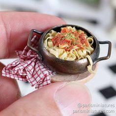 Mini tagliatelle with bolognese sauce Miniature Kitchen, Miniature Crafts, Miniature Dolls, Miniture Food, Miniture Things, Barbie Food, Doll Food, Tiny Food, Fake Food