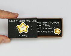 """Linda tarjeta de amistad Matchbox / caja de regalo / """"Los buenos amigos son como las estrellas"""" / OT003"""