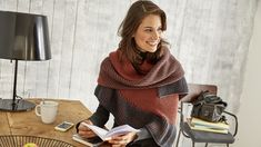 Herbstzeit ist Schalzeit. Das dreieckige Schaltuch in der Trendfarbe Rostorange bringt etwas Farbe in den Herbst. Außerdem hat Tanja Steinbach eine tolle Technik dabei: das zweifarbige-Patentmuster.