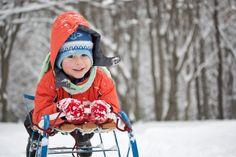 Zabawy na śniegu - o czym warto pamiętać: http://goo.gl/MbPT6p  #zabawynasniegu #zima #dziecko #sanki #dzieckozima