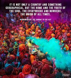 Durante el festival de Holy,los polvos de colores llenan las calles de fiesta.