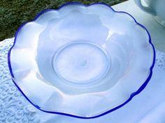 Sie erstehen eine Kunstglasschale der Glasmanufaktur Eisch in halbtransparentem, perlmuttartig irisierendem Glas mit aufgeschmolzenem, gewelltem Rand in Blau.Der Abriss ist ausgeschliffen, der Boden trägt ausserdem die Ätzmarke.Die Schale ist in einwandfreiem Zustand