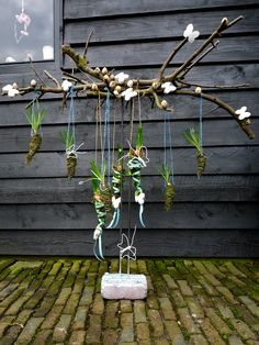 Hangende lente / voorjaarstuk met takken, mos en bloembollen Twig Crafts, Easter Egg Crafts, Deco Floral, Natural Home Decor, Easter Wreaths, Plant Hanger, Flower Art, Flower Arrangements, Spring