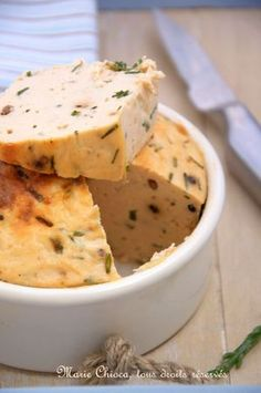 Terrine toute simple au saumon sauvage : Mettre 500g de filets de saumon sans arrêtes, 4 cs d'huile d'olive, 1 yaourt, 1 cs rase de farine, 1cs de gros sel, 1 cc rase de 5 baies roses moulues et 1 oeuf dans le bol du mixeur ou du blender. Bien mixer, ajouter 1 petite botte de ciboulette finement émincée, verser dans une terrine ou un petit moule à cake et faire cuire 35 minutes à 180°C au bain-marie . C'est prêt !  Servir bien frais, découpé en tranches ou en petits cubes.