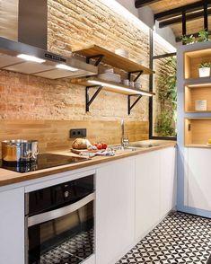 O tijolinho pode aparecer de várias formas, com vários acabamentos • nesse projeto prevalece a forma original e rústica que, junto com outros elementos como o piso em ladrilho, deixaram a cozinha aconchegante e cheia de personalidade! ❣️ Por Egue y Seta