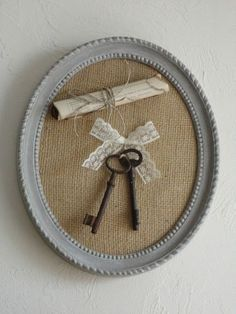 Cute and easy to decorate your home. Key Crafts, Frame Crafts, Diy And Crafts, Vintage Keys, Vintage Crafts, Shabby Vintage, Decoration Shabby, Shaby Chic, Old Keys