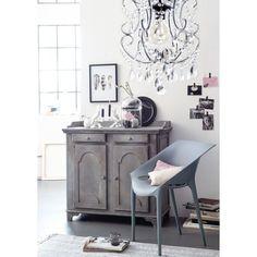 Durch seine raffinierte Herstellungsweise mit Gasinjektionstechnik ist dieser formschöne graue Stuhl auf hohe Beanspruchung ausgelegt - drinnen wie draußen