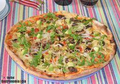 Pizza vegetariana con aguacate y nueces