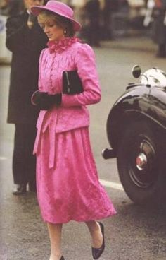 November Prince Charles & Princess Diana at Westminister Pier welcoming Queen Beatrix & Prince Claus of the Netherlands. Princess Diana Fashion, Princess Kate, Princess Of Wales, Real Princess, Royal Family Portrait, Prinz Charles, Rose Queen, Hm The Queen, Princes Diana
