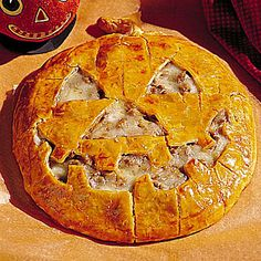 Jack-O'-Lantern Cheeseburger Pie - Halloween Recipes: Main Dishes - Southern Living Halloween Dishes, Halloween Food For Party, Halloween Treats, Halloween Foods, Spooky Halloween, Happy Halloween, Halloween Night, Vintage Halloween, Halloween Breakfast