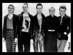 """TEXT - Mur (Vagn """"Zip"""" Hansen) 1983. ( Produser: Cy Nicklin )  TEXT :  En rock gruppe fra 80´erne med base på amager og med Vagn Zip Hansen som frontfigur og komponist.  Gruppen opstod med tre af FUNNY SPACESHIP´s medlemmer  Vagn Hansen (vocal/moog) Gerner Bresson (vocal/keys)  Palle Andersen (drums)  og med Henning Pold (bass).....  Da Henning valgte ..."""