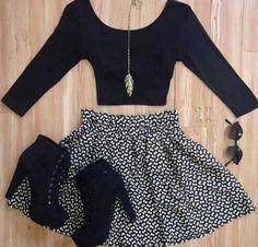 Crop top negro de manga larga, falda y tacones negros
