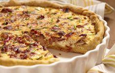 Würzig, saftig und im Herbst ein absolutes Muss: Im September und Oktober hat das Zwiebelkuchen-Rezept seinen großen Auftritt!