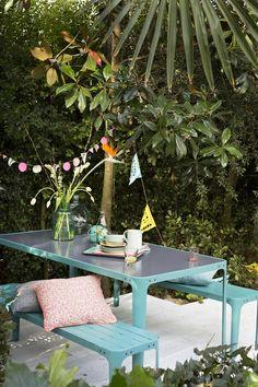 KARWEI | Dit tuinmeubilair in vrolijk blauw staal past helemaal bij de zomer en is handig te onderhouden