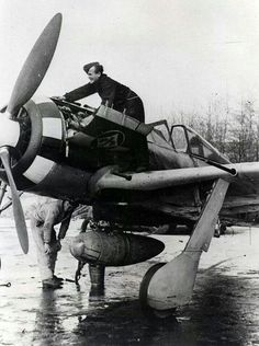 Servicing a Focke-Wulf fighter Ww2 Aircraft, Fighter Aircraft, Military Aircraft, The Eagles, Luftwaffe, Focke Wulf 190, Ww2 Pictures, Air Fighter, Ww2 Planes