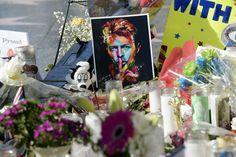 Le ceneri di David Bowie sono sepolte in un luogo sconosiuto --> http://www.chemusica.it/i-fan-non-sapranno-mai-dove-e-seppellito-david-bowie/
