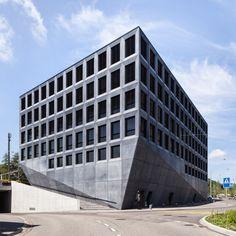 파사드를 디자인하는 모듈은 평면을 지배하며 이렇게 지배당한 평면은 다시 파사드를 제어합니다. 강렬한 볼드함이 느껴지는 리테일 앤 오피스 빌딩은 역사와 헤드오피스 사이에 위치한 삼각형 대지위에 계획되었습니다. 또한 계획된 건축물의 건축면적보다 작은 대지의 크기는 빌딩형태를 저층부로 깍아지는 듯한 테핑된 형상을 보여줍니다. 여기에 다크 진회색 컬러의 콘크리트는 거친 콘크리트의 느낌과 다이나믹한 구조적..