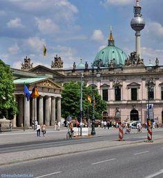 Berlin, Totale des Boulevard Unter den Linden mit Neue Wache (links), Zeughaus, Berliner Dom und der Fernsehturm.  http://besuch-berlin.de