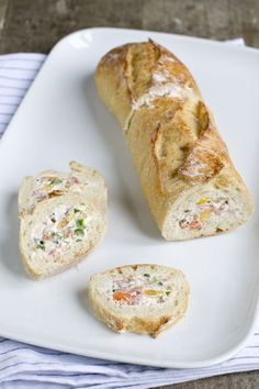 Baguette stuffed with cream cheese Lunch Snacks, Party Snacks, Appetizer Recipes, Snack Recipes, Love Food, Tapas, Food Porn, Brunch, Food And Drink