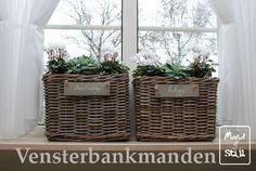 vensterbank decoratie groot raam - Google zoeken Indoor Garden, Home And Garden, Rustic Italian, Garden Boxes, Diy Projects To Try, Cozy House, Wicker Baskets, Garden Inspiration, Decoration