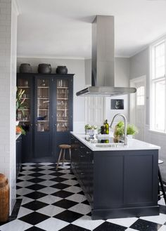 40+ Elegant Black And White Floor Tile For Your Kitchen Design #kitchens #kitchendesign #kitchendesignideas