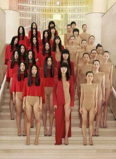 Vanessa Beecroft affronta nelle sue performance i temi centrali della cultura contemporanea come: l'identità, la molteplicità, il corpo e la sessualità, mescolando il glamour alla storia della pittura.