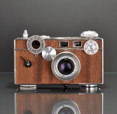 Ilott Vintage Cameras -- refurbished film cameras with wood veneers Antique Cameras, Vintage Cameras, Camera Photos, Foto Fun, Photo Deco, Rangefinder Camera, Rolleiflex Camera, Classic Camera, Retro Camera