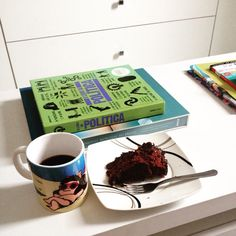 Lanche da tarde. Café sem açúcar com torta de brigadeiro. O detalhe da caneca de #Mafalda é proposital. Linda. Trouxe de Buenos Aires.