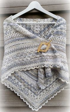 Deze prachtige Annyone's Shawl  is een combinatie van verschillende omslagdoeken:Elise, Granny , Southbay  en een variatie op Penelop...