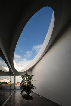 Image 18 of 44 from gallery of Pó House / Ricardo Silva Carvalho Arquitectos. Photograph by FG+SG - Fotografia de Arquitectura Futuristic Architecture, Architecture Details, Interior Architecture, Interior And Exterior, Modern Small House Design, Unique Buildings, Decoration, Landscape, Houses