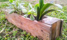 Fatta interamente con legno riciclato, questa fioriera fatta a mano è un arredo da giardino semplice ed essenziale, come la natura stessa.