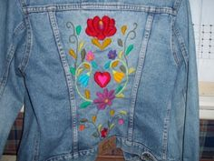 Resultado de imagen para campera jean bordada Mexican Embroidery, Silk Ribbon Embroidery, Hand Embroidery Designs, Embroidery Stitches, Machine Embroidery, Denim And Lace, Embroidered Clothes, Embroidered Jacket, Denim Ideas