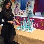 Laura Torrisi alle prese con la torta di compleanno per la figlia Martina
