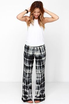 You'll be totally cute in the Billabong Midnight Hour Black Tie-Dye Pants with their comfy elastic waistband, black and ivory tie-dye print, and wide pant legs. Shibori, Tie Dye Pants, Summer Outfits, Cute Outfits, Tie Dye Outfits, Black Tie Dye, Tye Dye, Poses, Dress Me Up
