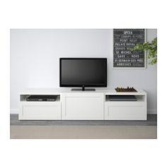 IKEA - BESTÅ, TV-Bank, Hanviken weiß, Schubladenschiene, Drucksystem, , Dank mehrerer Öffnungen auf der Rückseite der TV-Bank lassen sich Kabel von Fernseh- und anderen Geräten verdeckt, aber griffbereit ordnen.Dank der Kabelöffnung auf der Oberseite lassen sich Anschlüsse einfach in den Bankkorpus leiten - auch wenn die TV-Bank an die Wand montiert ist.