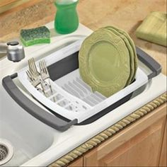 Collapsible Over-the-Sink Dish Rack Extends, then folds flat for storage. Ideal para cuando se llena la rejilla Collapsible Over-the-Sink Dish Rack Extends, then folds flat for storage. Rv Living, Apartment Living, Apartment Goals, Kitchen Hacks, Kitchen Gadgets, Kitchen Items, Do It Yourself Camper, Dish Racks, Cool Gadgets