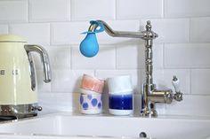 COUP DE CALCAIRE - Cattoire Relation Presse - Géniale la boule de détartrage #Starwax. Elle s'enfile sur le bec du robinet et permet de faire tremper celui-ci dans le vinaigre autant de temps que nécessaire ! Ici elle est glissée sur un joli robinet à l'ancienne, dans une petite cuisine au carrelage métro. Bouilloire #Smeg coloris jaune vanille Smeg, Home Decor, Vinegar, Vanilla, Kettle, Faucet, Decoration Home, Room Decor, Interior Design