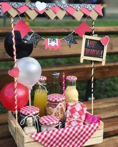 Handmade Birthday Gifts, Gift Box Birthday, Happy Birthday Gifts, Birthday Gifts For Boyfriend Diy, Diy Birthday Hamper, Diy Gift Box, Wine Gift Boxes, Box Deco, Breakfast Basket
