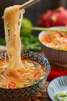 Rote Thai Curry Suppe mit gekochtem Hühnerfleisch und Pak Choi - Thai Red Curry Soup with cooked Chicken and fresh Pak Choi - Rezept auf carointhekitchen.com Mehr