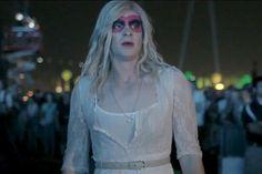 Novo clipe do Arcade Fire estrela Andrew Garfield de peruca e vestido.